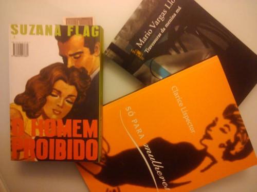 "Livros novos: ""O Homem Proibido"", de Nelson Rodrigues; ""Só para mulheres"", de Clarice Lispector; e ""Travessuras da Menina Má"", de Vargas Llosa."