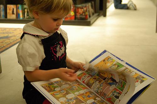 Criança folheando livro