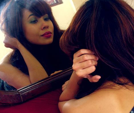 Mulher no espelho - Foto: Helga Weber