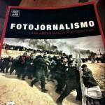 """Capa de """"Fotojornalismo: uma abordagem profissional"""", de Kenneth Kobré"""