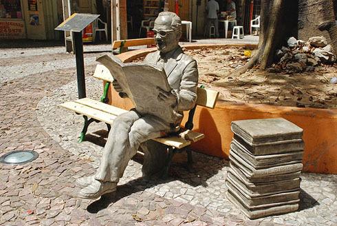 Estátua do poeta Mauro Mota