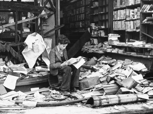 Garoto lendo em uma livraria destruída em Londres, depois de um bombardeio, em 1940.