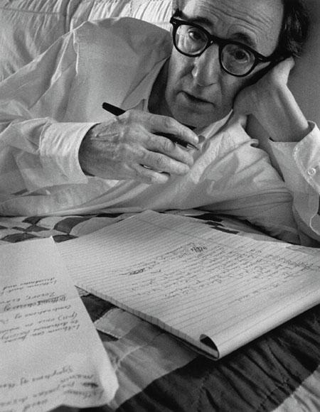 Arnold Newman registrou a imagem de Woody Allen, trabalhando de sua cama, em 1996.