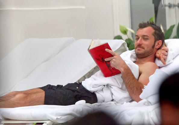 Jude Law lendo