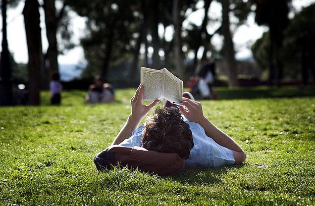 Lendo no parque // Foto de Manolo Guijarro