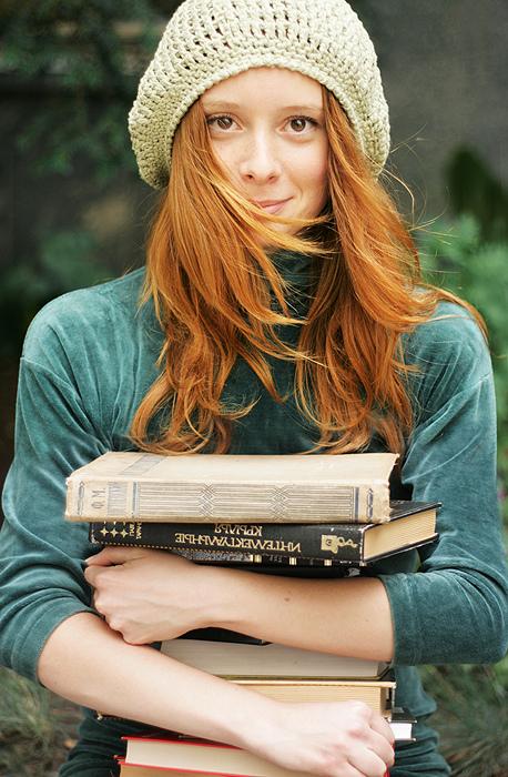 Ruiva com livros