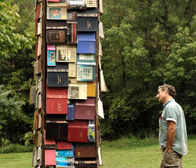 Homem na pilha de livros