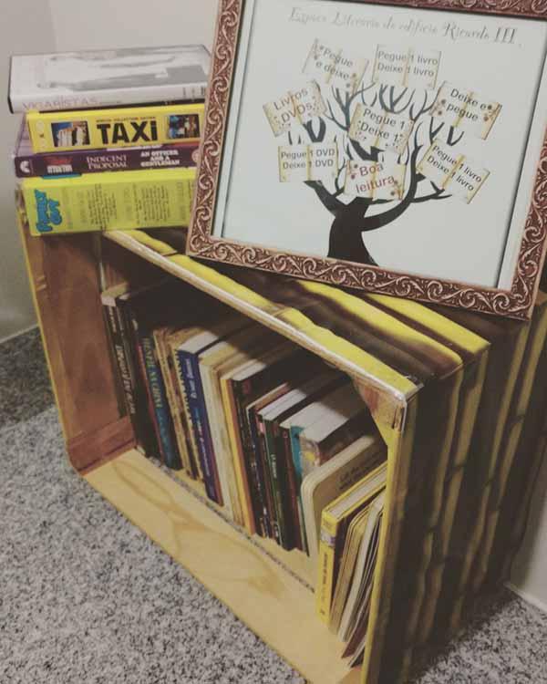 Ninho de livros no prédio