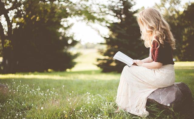 Retrospectiva 2016 e Expectativa 2017: garota lendo no campo