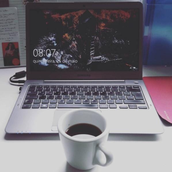 Escrevendo no blog e café