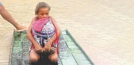 Rivânia salva livros das enchentes