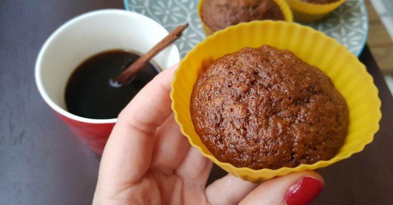 Muffin de banana com canela e café
